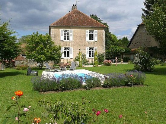 Chambre d'hotes Rosabonheur : rosabonheur in the garden with swimming pool