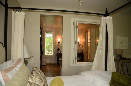 Hotel Yountville: No Door Between Bedroom And Bathroom