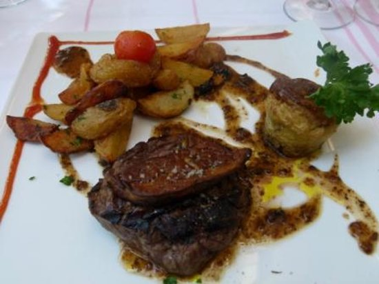 Hôtel-Restaurant Arraya : Grilled steak with foi gras, and excellent potatoes