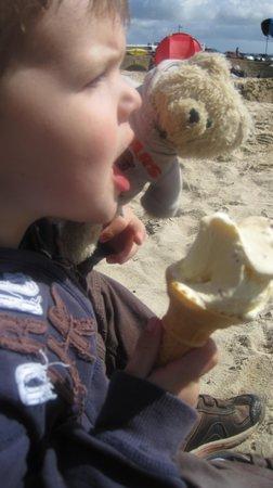 Trevalgan Holiday Farm: Enjoying an ice-cream on St Ives beach