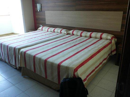 Gran Hotel Europe Comarruga: amplias camas, cada una de 135 cm.