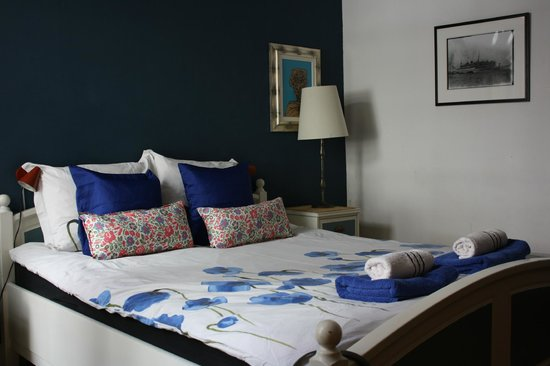 The Blue Sheep Bed & Breakfast Amsterdam: The bed of the Blue Room
