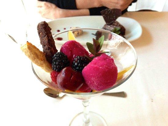 Stories Fine Dining : Dessert sorbets, et à l'arrière gâteau au chocolat