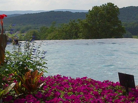 Grand Cascades Lodge: Pool view