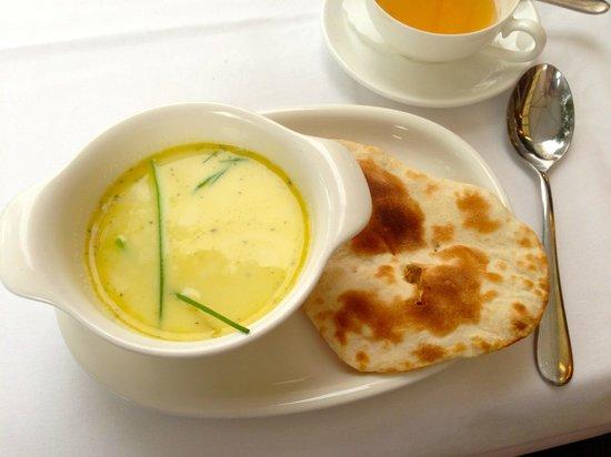 Kamasutra Indisches Restaurant: meine leckere Hühnchen Mandel Suppe mit Baby Naan Brot :)