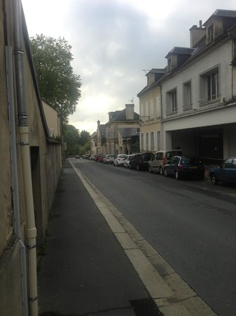 Hotel Le Bayeux : Looking down the street toward the hotel