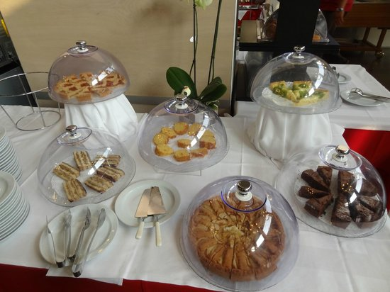 Art Hotel Olympic : le torte (tra cui una crostata con crema pasticcera e kiwi molto buona)
