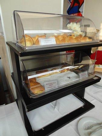 Art Hotel Olympic : l'espositore con i croissant (il secondo giorno ce n'erano di più)
