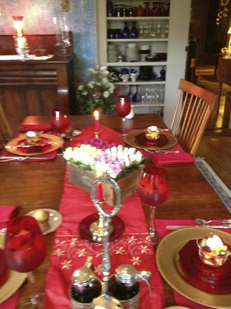 1830 Hallauer House Bed & Breakfast : Breakfast table setting