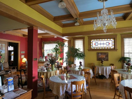 Inn at 410 Bed and Breakfast: Fresh cookies, snacks, drinks to choose from.