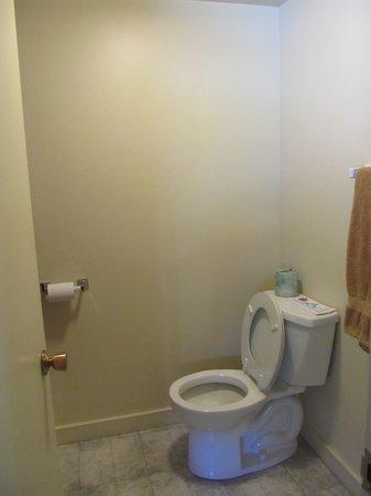 Schooner Bay Motor Inn: toilet