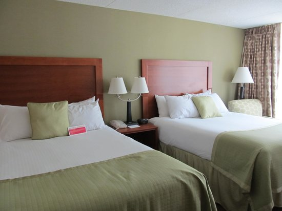 Holiday Inn Ellswort : Can I take this bed home? So comfy!
