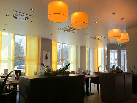 Hotel Mercure Wien Westbahnhof: Кафе отеля.