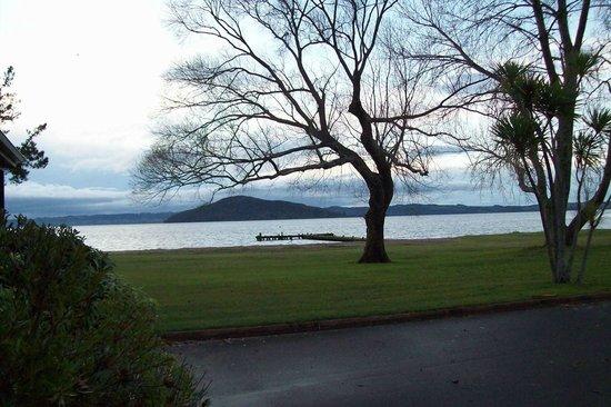 เซดาวู๊ดเลคไซด์ฮอลิเดย์รีสอร์ท: lake from hotel