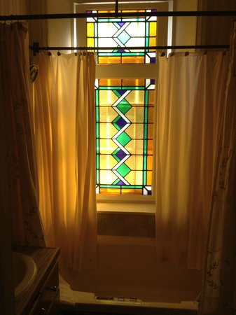 Doctor's Inn: Stained glass window along tub in Elizabeth suite