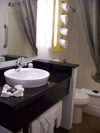 Motel 6 Lake George: Modern sink, plenty of towels