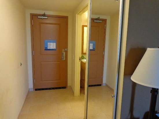 Hampton Inn and Suites Riverton: Large mirror by, but outside, the bathroom