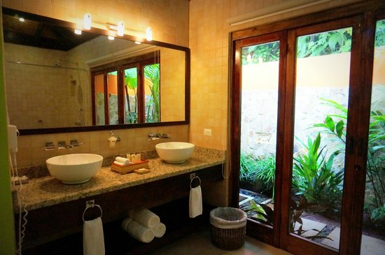 Rio Celeste Hideaway Hotel: there is a shower and jacuzzi across from the sinks