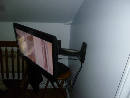 Normandale Century Inn: Flat screen TV
