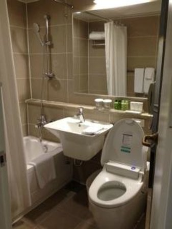 The Grand Hotel Myeongdong: attached bathroom