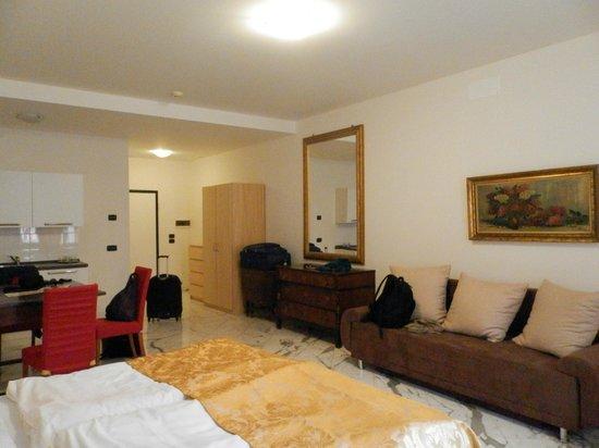 Hotel Leon D'Oro: Cama y Sofa