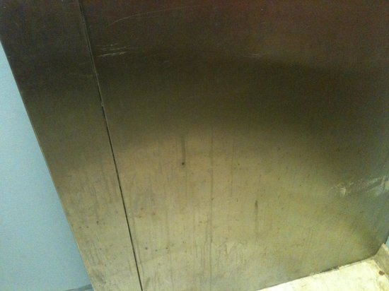 Newport Beach Resort: Dirty Elevator