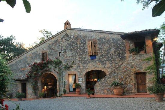 Villa Baciolo: The front face of the medieval farmhouse