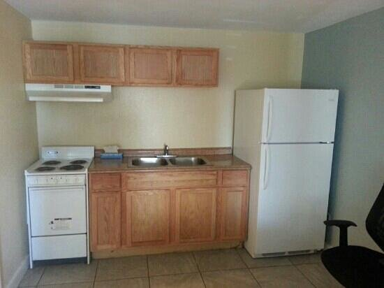 Blue Marlin Motel: kitchenette with large refrigerator