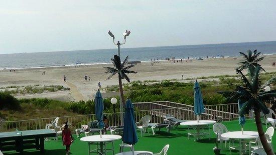 Bristol Plaza Motel : Open patio with ocean view