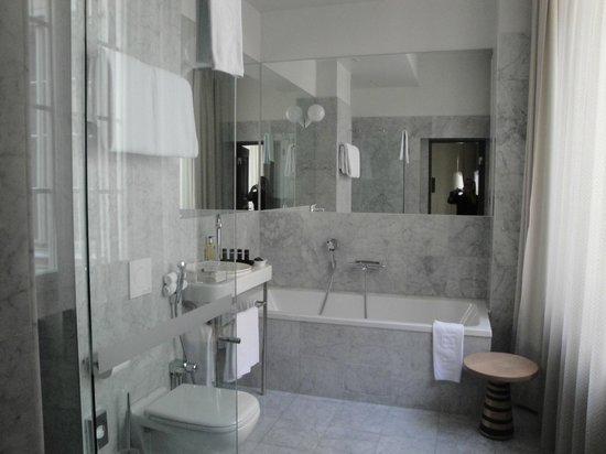 Nobis Hotel: hotel bathroom