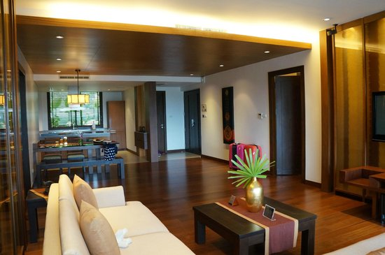 Movenpick Resort Bangtao Beach Phuket: Living room overlooking to dining and kitchen area