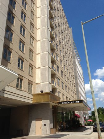 Residence Inn Washington, DC/Capitol: Street view of hotel