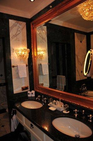 Hotel Imperial Vienna: elegant bathroom with separate shower n tub