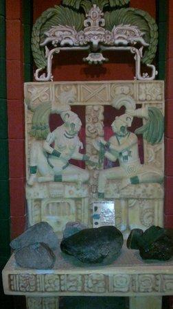 Museo Mesoamericano del Jade: Pieces of Jade in the entrance.