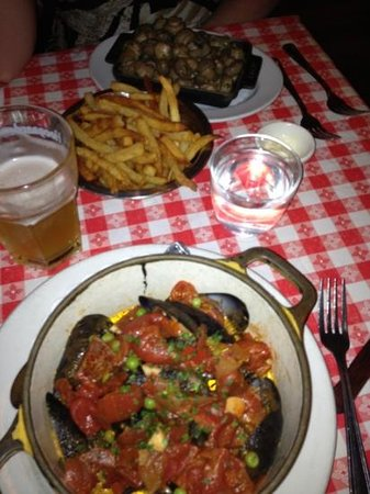 Bistrot Du Coin: mussels with chorizo in a tomato sauce on the bottom, sauté mushrooms at the top.