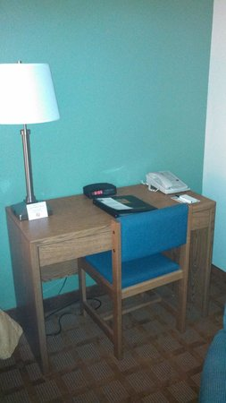 Quality Inn & Suites Marinette: Rather small desk