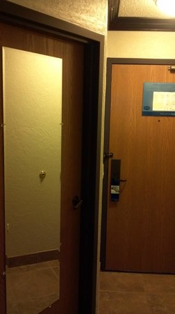 Hampton Inn & Suites Hoffman Estates: Front Door