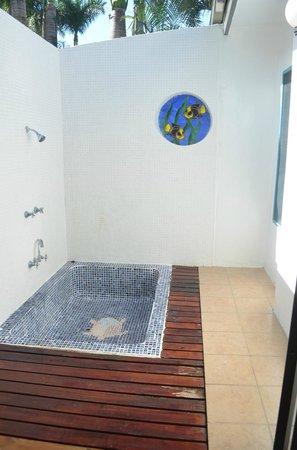 Fiji Hideaway Resort & Spa: The ourdoor Shower in our bure