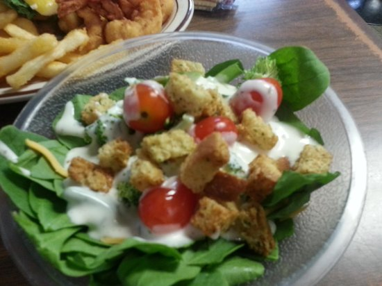 Hoskins Restaurant: salad from salad bar -spinach, shredded cheese, broccoli, grape tomatoes,ranch dressing