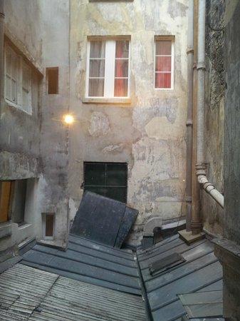 Hotel Pointe Rivoli: Einzige Aussicht des Zimmers auf unattraktiven Innenhof