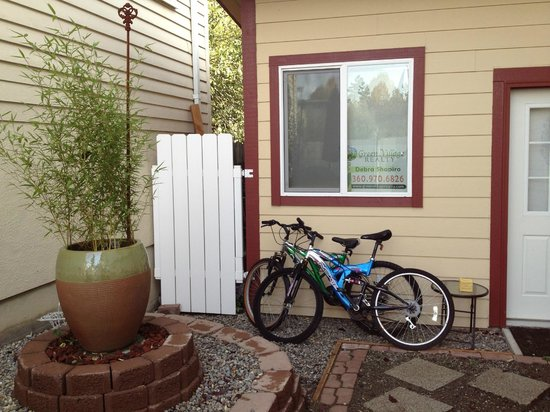 Short Stay Lodgings - Franklin Street Inn: Side Yard and Bicycles/Barbecue