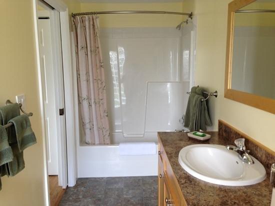 Dogwood Bed and Breakfast : Bathroom
