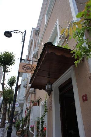 Hotel Buhara Family Inn: ホテル入り口 静かな通りに面していて、隣は床屋さんです