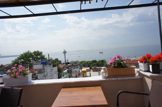 Hotel Buhara Family Inn: 明るい屋上テラスからは、船も見えます。