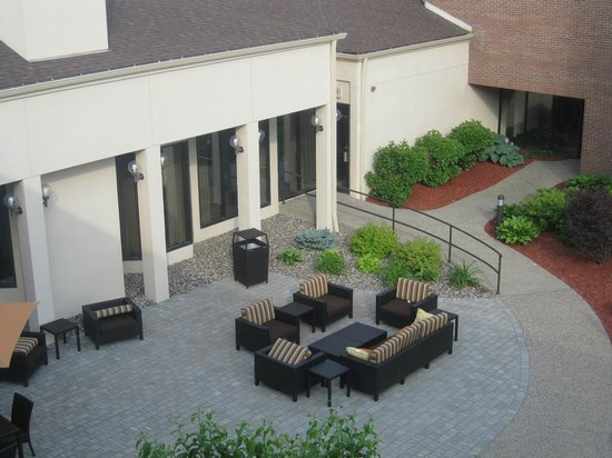Courtyard Minneapolis Eden Prairie: outdorr seating area