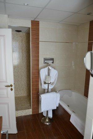 Clos La Boetie : Bathroom