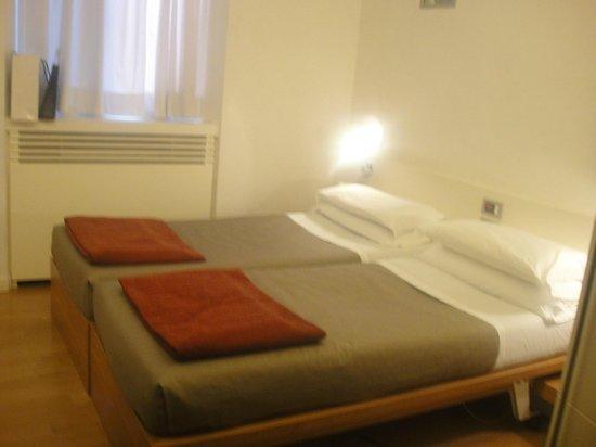 White Hotel: Habitacion. Las camas se juntaban o separaban con una mesita en el medio, la cama tenia control