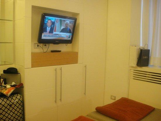 White Hotel: TV Pantalla plana, mini bar, cafe, te y pava electrica