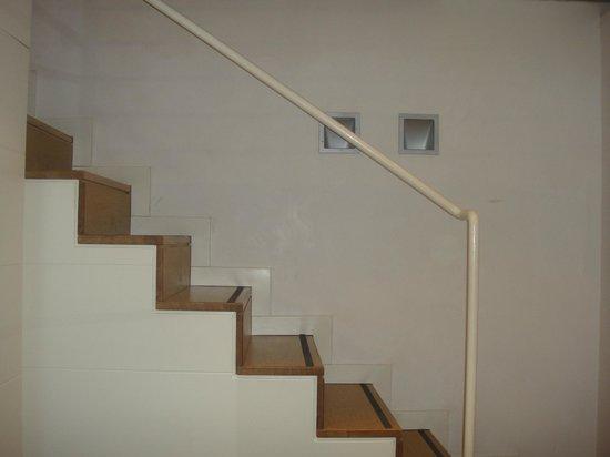 White Hotel: Escalera para habitacion de arriba
