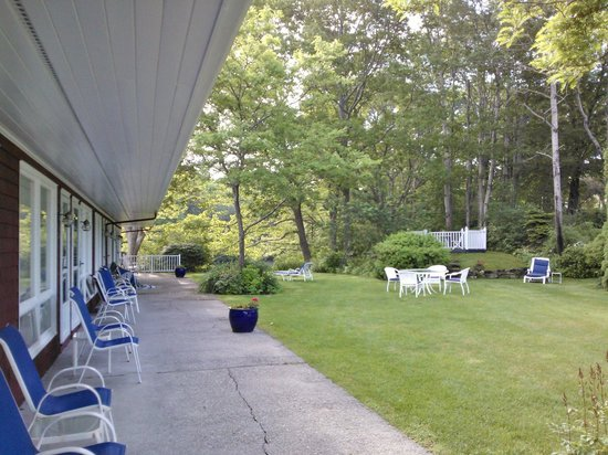Fontenay Terrace Motel: Chairs outside rooms